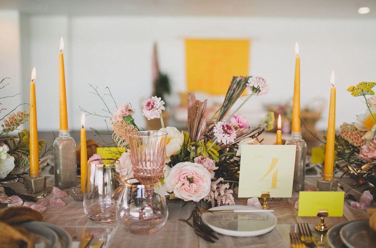 Banquete con amarillo, ramas, motivos orgánicos y mucha calidez.