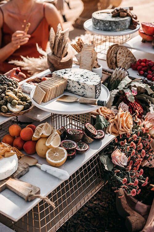 Mesa de abundancia, para degustar quesos, carnes frías, frutos secos, panes, y más,